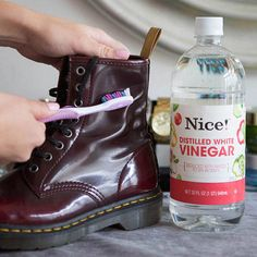 Fixing Ruined Clothes--Scrub off water stains on leather boots with a soft toothbrush and vinegar. If your boots are ruined from water, snow, salt, or all of the above, dip a soft-bristled toothbrush in white vinegar and gently rub to remove the stain Do It Yourself Baby, Do It Yourself Fashion, Squeaky Shoes, Distilled White Vinegar, Old Shoes, Water Stains, Clean Shoes, Dandy, Cleaning Hacks
