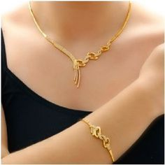 Short Gold Necklace Designs for Women - Kurti Blouse Gold Jewelry Simple, Simple Necklace, Mode Glamour, Gold Jewellery Design, Schmuck Design, Gold Bangles, Gold Necklaces, Gold Ring, Necklace Designs