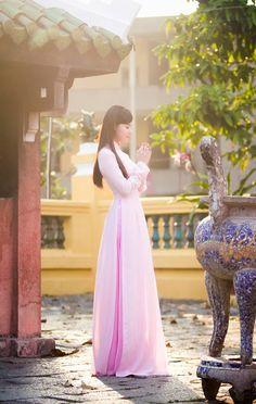(MegaFun) - Trong tà áo dài màu hồng đầy nữ tính, hot girl Midu khoe vẻ đẹp trong sáng, thánh thiện khi đi lễ chùa đầu năm.