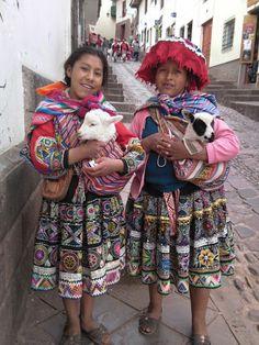 Girls in Cusco, Peru Bolivia Peru, Cusco Peru, Traditional Fashion, Traditional Dresses, Beautiful World, Beautiful People, Columbus Travel, Inca Empire, Equador
