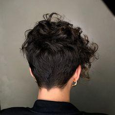 Pixie Ondulado, Retro Hairstyles, How To Make Hair, Undercut, Curls, Short Hair Styles, Instagram, Stylish Short Hair, Retro Hair