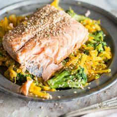 Hier hat man alles, um bestens zu genießen: Köstliche Kürbisnudeln, saftigen Lachs, knackigen Brokkoli, alles getoppt von Sesam und einer würzigen Marinade!