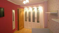 La reforma de un dormitorio juvenil estrecho, aislamiento de la pared derecha muy fría, integración de armario salvando irregularidades de la pared y proyecto de iluminación.