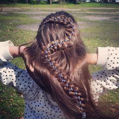 Коса из 4 прядей с лентой // 4-strand braid with ribbon in the center https://www.youtube.com/watch?v=lBIzIodTgwA