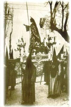 Semana Santa Cuenca 1922 San Juan Evangelista Fotografía editada por Heliotipia Artística Española de Madrid y distribuido por el periódico La Tribuna de Cuenca #SemanaSanta #Cuenca #HermandadSanJuanEvangelista