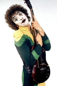 The Sensational Alex Harvey Band (Zal Cleminson) - Fin Costello, ph. 70s Music, Rock Music, Best Rock, My Rock, Alex Harvey, Music Production Companies, Scottish Bands, Glam And Glitter, Thin Lizzy