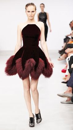 >> After eight years of eschewing the runway, Azzedine Alaia closed out the Fall 2011 couture season. Models in velvet gowns and Mongolian lamb coats Style Haute Couture, Couture Fashion, Runway Fashion, High Fashion, Fashion Show, Fashion Outfits, Womens Fashion, Fashion Design, Collection Couture