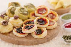 Le pizzette di sfoglia sono delle sfiziose pizzette semplici e veloci da realizzare, adatte a buffet, compleanni, aperitivi con gli amici.
