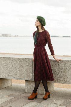 Фото - Spring 2016 девушка у бордюра в платье черешня и в vagabond marva