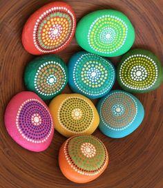 dessin sur galet facile à réaliser, des galets peints en couleurs diverses et décorés de petites points, inspiration mandala