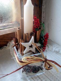 Vánoční campanilla 2014 Malá vánoční dekorace-třeba na pracovní stůl dekorace pouze vložena a upevněna do skleněné kostky-vyplněno sisalem a hvězdičkami badyánu takže společně se skořicí krásně voní volně vložena snítka buxusu,možno kdykoliv občerstvit+ barv.proso. celá dekorace vyjmutelná,takže kostka se dá poté použít i pro aranž živých květů rozměry ...