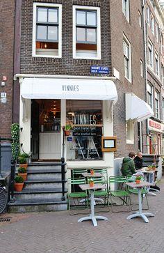 Een van de leukste plekjes in Amsterdam: Vinnies Deli. Kom hier voor een lekkere lunch of ontbijtje, of voor een heerlijke kop koffie.