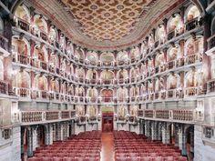 Teatro Scientifico Bibiena Mantova I, 2010 © Candida Höfer / VG Bild-Kunst,Bonn 2014. Señala encima de la imagen para verla más grande.