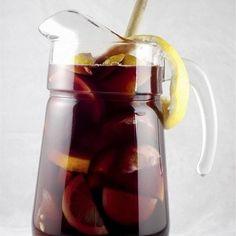 Тонко нарежьте лимон и апельсин и переложите в графин. Добавьте сахар, вино и бренди. Хорошо перемешайте, пока сахар не растворится. Залейте содовой и сразу подавайте.