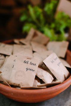Gastgeschenk let love grow, gastgeschenk hochzeit #gastgeschenk #hochzeit Rustic Greenery Hochzeit