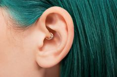 Known as a daith piercing, it is a small ring that pierces the inner cartilage of either ear, running through a pressure point. If you see this piercing around town realize that the wearer may be doing more than being trendy. This piercing is cited as be Migraine Piercing, Inner Ear Piercing, Nose Piercing Ring, Piercing Tattoo, Ear Piercings, Daith Piercing Anxiety, Gold Bridal Earrings, Vintage Earrings, Diamond Earrings