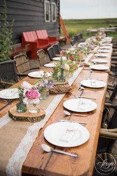 DIY Tafeldecoratie bij boerenbruiloft - http://www.trouwfotografiefreya.nl/real-weddings/jute-en-kant-bruiloft/