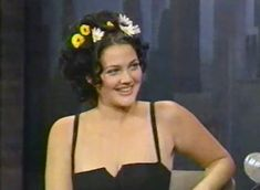Daisy Hair Clips were one of Drew's style staples ! Get the look below xo Drew Barrymore 90s, 90s Makeup, Beauty Supply, Flowers In Hair, Get The Look, Diy Fashion, Pretty People, Summer Fun, Everyday Fashion