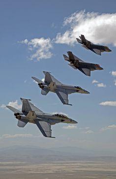 F-35C Lightning IIs e F/A-18E/F Super Hornets