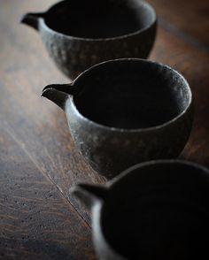 丹羽茶舗での個展は、この三連休中18日の月曜日までです。 黒焼締片口 #村上躍 #丹羽茶舗