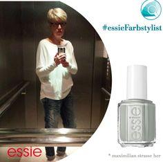 Locker, lässig, eindeutig #essienista-Style - dafür gibt es den Daumen hoch! Und mit #maximilianstrasseher auf den Nägeln wird der Look viel stylischer noch. #essieFarbstylist
