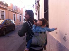 A nuestra niña le encanta que la transportemos en la mochila, piensa que va a caballito!! ;-) blog.elblogdesusanayalba.com