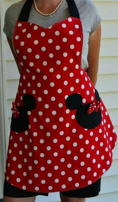 Minnie Mouse Apron with Mickey Pockets. Similar to the pic I have of Megan in her polka dot apron and Minnie ears. Sewing Hacks, Sewing Projects, Diy Projects, Minnie Mouse, Cute Aprons, Sewing Aprons, Creation Couture, Diy Clothes, Sewing Patterns