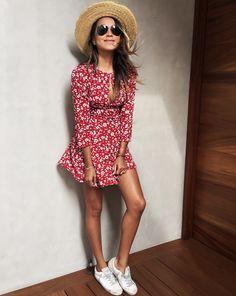 Petite robe rouge piquée de fleurettes blanches + bronzage caramel + baskets blanches = le bon mix (Julie Sarinana)