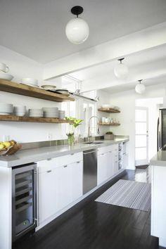 parquet noir dans la cuisine blanche noire et plafond blanc