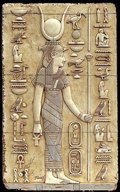 Relieve mural de la diosa HATHOR en el 1º piloto del Templo de Dendera. Periodo Grecorromano. El suave tratamiento de sus volúmenes femeninos de rasgos faciales redondeados