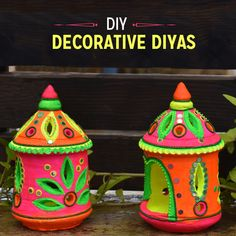 How lovely are these bright Diyas? Painted using our Fevicryl Neon Colours, they are perfect to add a unique touch to your decorations this festive season. Arti Thali Decoration, Diwali Decoration Items, Diya Decoration Ideas, Diwali Craft, Diwali Diya, Diya Designs, Wall Painting Decor, Pottery Painting Designs, Clay Art Projects