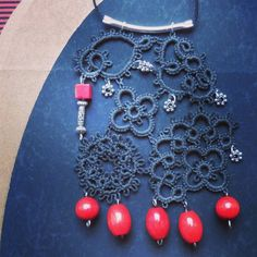 Penjoll fet de peces reaprofitades. I made this big pendant joining odd pieces I made a while ago. Painted in black and with wooden and metal beads. #tattinglace #tatting #frivolite #necklace #pendant #colgante #penjoll #joia #jewellery #jewelry #bijoux #big #red #black #noir #rouge #rojo #negro #nero #rosso #encaje #metalbeads #woodenbeads #oddpiece #joining #handpainted #handmade #handmadejewelry by lafrive