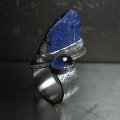 Útes+Kdo+by+občas+nechtěl+být+skálou,+která+ustojí+i+příliv+a+bouři...+Představuji+vám+další+z+prstenů+z+kolekce+Chvíle+klidu.+Posadila+jsem+v+něm+vedle+sebe+dva+kameny,+lapis+lazuli+a+iolit.+Oba+kameny+se+mohou+pochlubit+krásným+odstínem+konejšivé+hluboké+modři.+Jsou+barvou+stejné,+přesto+se+výrazně+liší+-+iolit+je+průzračnou+kapkou+vody,+lapis+klidnou...