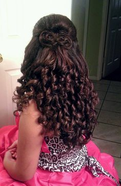 Quinceanera Hairstyles For Curly Hair Sweet 16 Hairstyles, Quince Hairstyles, Bride Hairstyles, Hairstyles With Bangs, Pretty Hairstyles, Curly Hair With Bangs, Short Curly Hair, Curly Hair Styles, Quinceanera Hairstyles