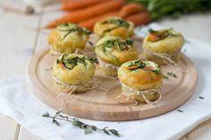 Diese herzhaften Muffins mit Lachs, Karotten und Zucchini eignen sich hervorrangend für stressige Momente mit kurzen Pausen.