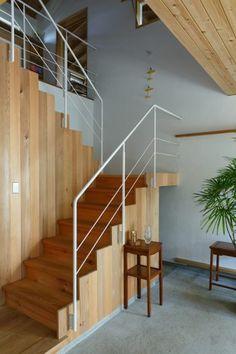 赤松を用いた折り返し階段。階段下はたっぷりの収納になっている。「この家の中で一番頭を悩ませたところですが、とても気に入っています」(正明さん)。 Stair Railing Design, Stair Handrail, Exterior Design, Interior And Exterior, Devon House, Home Temple, Floating Floor, Stairways, Interior Architecture