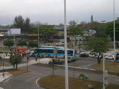 Mais uma pessoa morre em acidente com BRT na Zona Oeste do Rio  Carro atingiu ônibus em frente ao Americas Park após avançar sinal.   Veículo foi arrastado e atropelou mulher de 57 anos, que faleceu no local. -   Um ônibus do BRT Transoeste se envolveu num acidente com um carro de passeio entre as estações Américas Park e Novo Leblon, na Barra da Tijuca, por volta das 11h10 desta quinta-feira (13). Segundo as primeiras informações da Secretaria Municipal de Transportes (SMTR), o carro teria