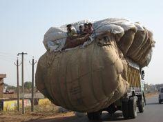 """La """"ligereza"""" de algunos camiones en India... ;-)"""