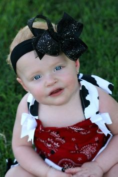 Give the apple of your eye something sparkly to wear!  This #black glitter hair bow for girls or infant stretch headband will make a sweet topping to her favorite outfit. Ha... #handmade #etsy #babyheadbands #boutique #hairbows #overthetop #thanksgiving #babygift #babygirl #babybows #sparkle