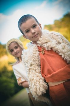 Děti v oděvech doby bronzové. Children in Bronze Age Dresses. Photo D. Bek, Reconstruction of Dress K. Urbanová.