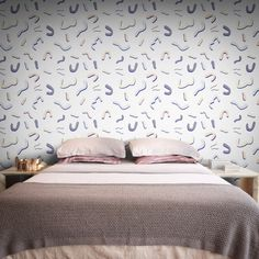 Feathr Wallpaper from per roll. A fun graphic wallpaper inspired by the designs and visuals from design & architecture collective, the Memphis Group. Funky Wallpaper, Graphic Wallpaper, Pattern Wallpaper, Stunning Wallpapers, Latest Wallpapers, Beautiful Wallpaper, Elle Decor, Designer Wallpaper, Memphis