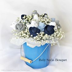 Beautiful and practical - make a bouquet of baby socks as a baby shower gift!