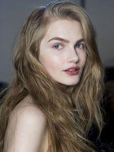 Fresh, no-makeup look, and long, loose waves