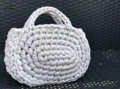 Capazo Midi de trapillo | SANTA PAZIENZIA Crochet Bib, Chunky Crochet, Straw Bag, Sewing Patterns, Diy Crafts, Embroidery, Knitting, Crocheted Bags, Crocheting