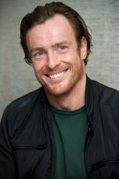 Toby Stephens. Un mec qui porte ses 45 ans et ses freckles avec taaaaaannnnntttt de charme...