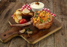 Wir eröffnen unsere kulinarischen Festspiele mit saftigen Grillkoteletts, mediterraner Kräuterbutter und Aioli. QimiQ Classic bietet cremigen Genuss bei weniger Fett. Perfekt als Beilage eignen sich Potato Wedges und Maiskolben. Aioli, Kraut, Fett, Camembert Cheese, Yummy Food, Recipes, Meat, Husk Corn, Side Dish
