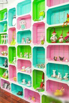 29 Ways To Be Sustainable by Decorating With Wooden Crates - Kinderzimmer-Deko aus bemalten Obstkisten - Toy Storage Furniture, Diy Storage Crate, Dog Crate Furniture, Toy Storage Boxes, Storage Shelves, Toy Boxes, Pallet Storage, Shelf Display, Book Shelves