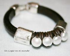 Pulsera con cuero regaliz, piezas de Zamak bañado en plata y perlas naturales.