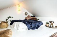 Verbluffend huis met witte basis en bakstenen muur