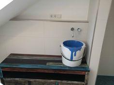 Scarabeo Bucket Auflage-Waschtisch Eimerform mit Tragegriff-Handtuchhalter chrom, mit Farbtopf-Motiv, kombiniert mit dem Gessi Goccia Waschtisch-Wandmischer in Tropfenform,   eingebaut in einem Kinderbadezimmer in München